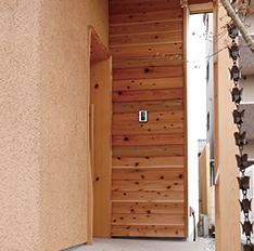 無垢の杉を使用した玄関戸と土壁